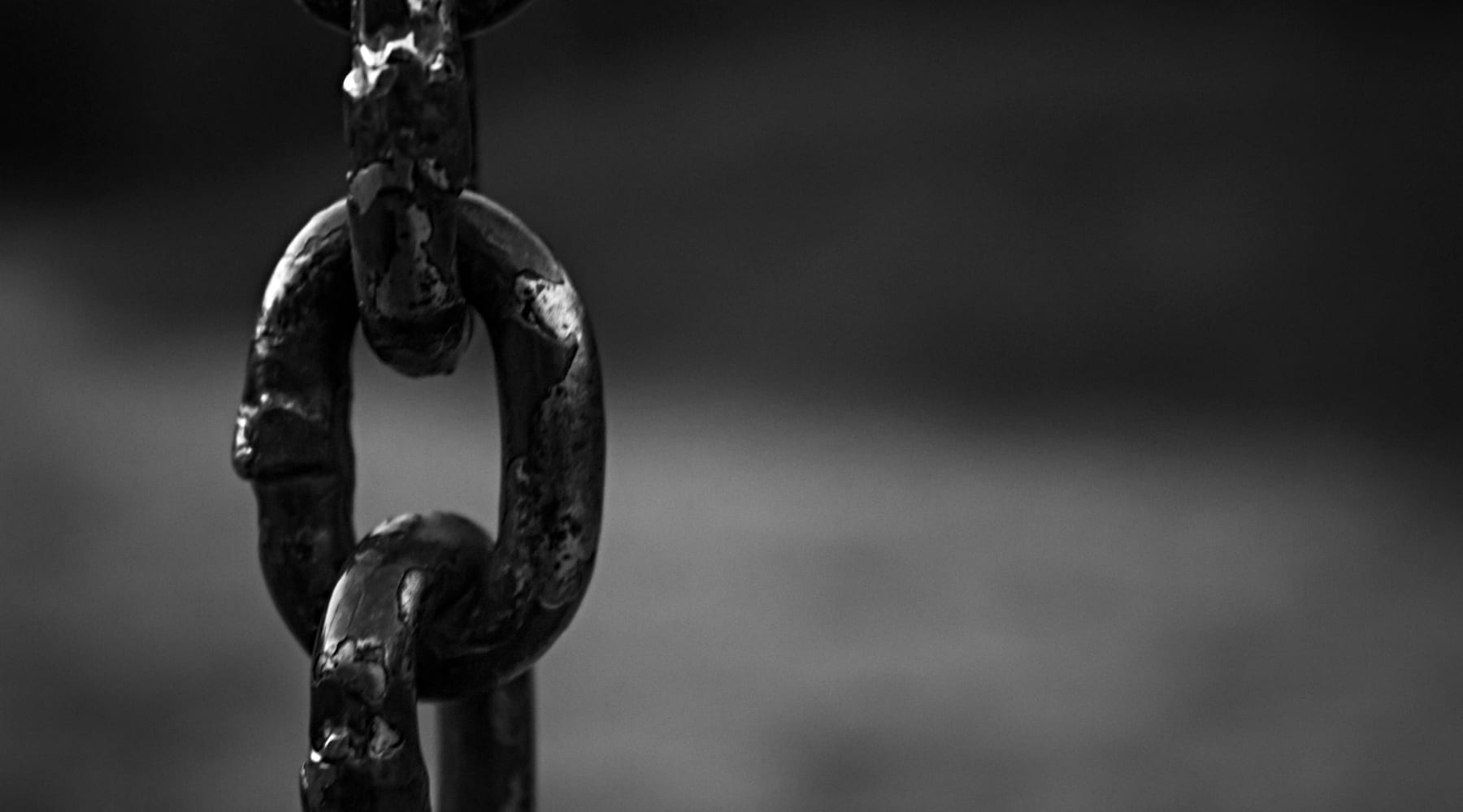 A close up of a chain link